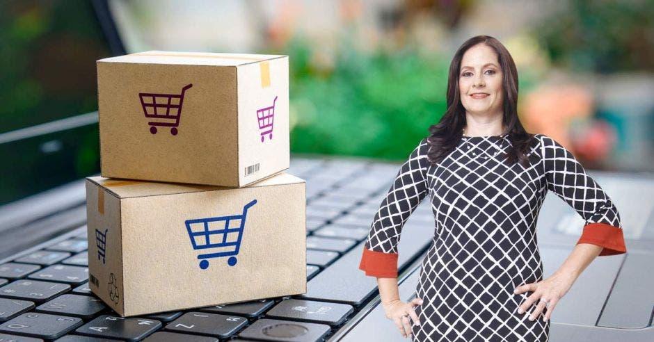 Mariela Pacheco, de Walmart, junto a un par de cajas
