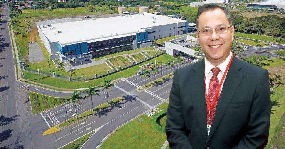 Carlos Wong, presidente de Asociación de Zonas Francas, con una planta industrial de fondo.
