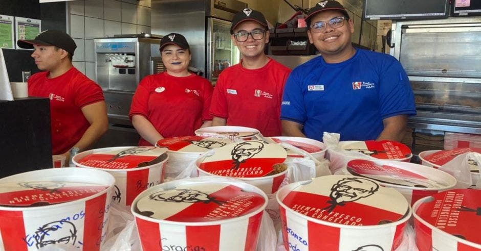 Empleados de KFC con cajas de pollo