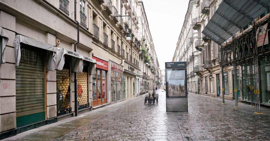 Una calle de adoquines desolada
