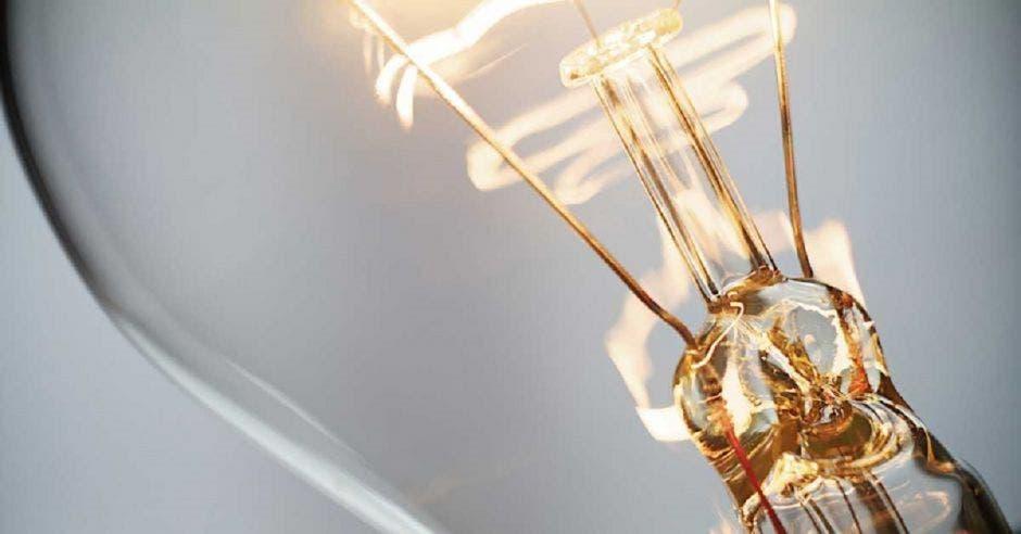un bombillo con la luz encendida