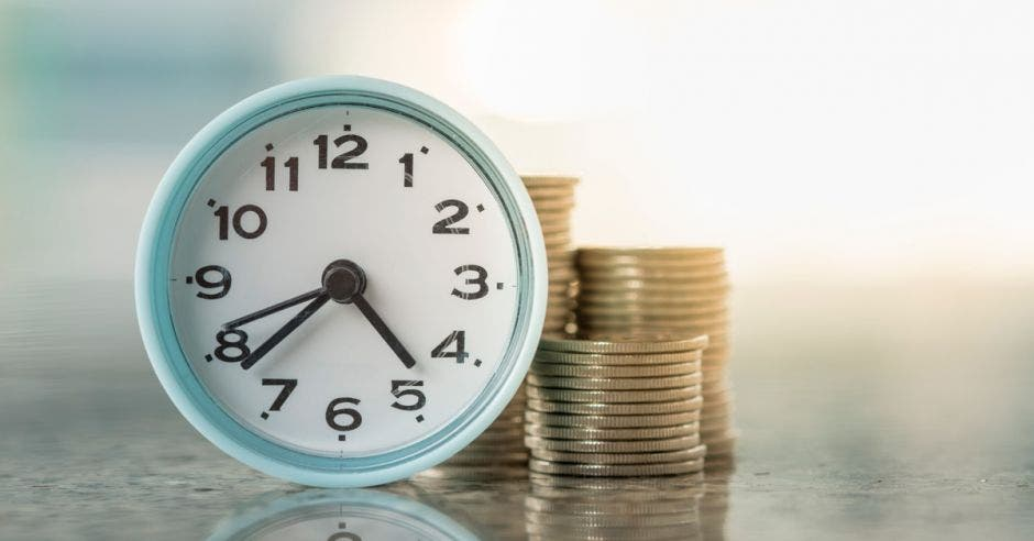 reloj y torres de monedas