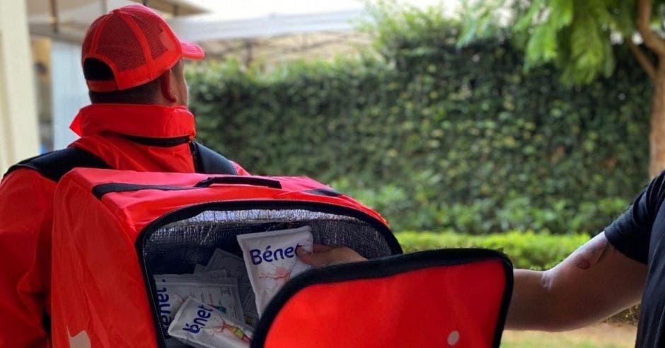 Un repartidor con un bolso de Rappi