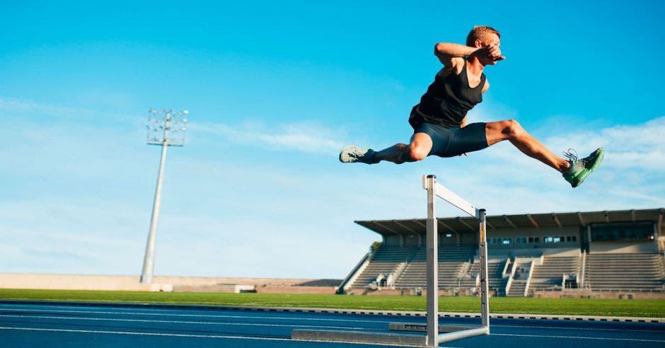 corriendo y saltando vallas