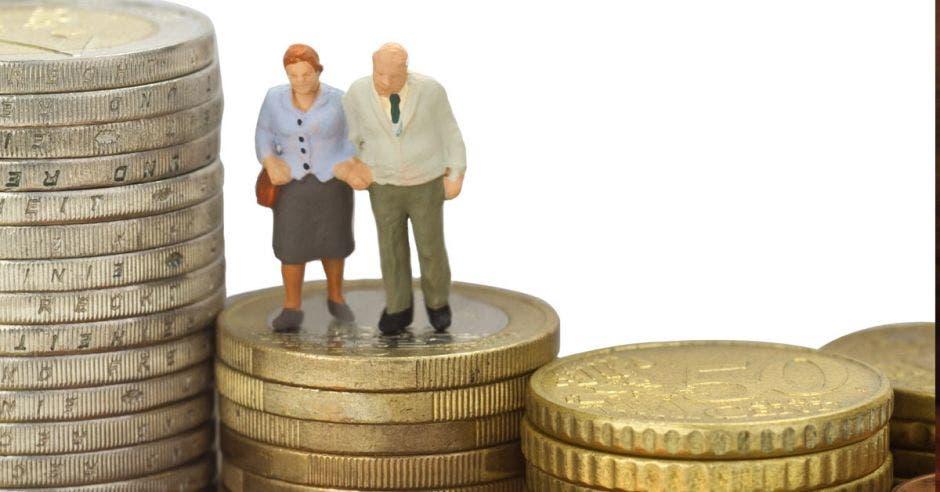 dos personas en una torre de monedas