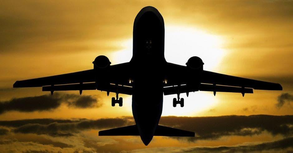 Avión en el atardecer