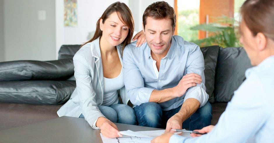 pareja viendo  planos de construcción