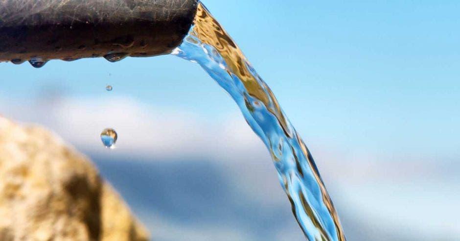 Foto de tubería vertiendo agua