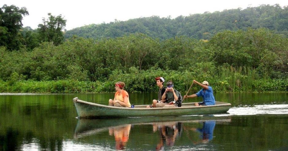 personas en una panga en un río