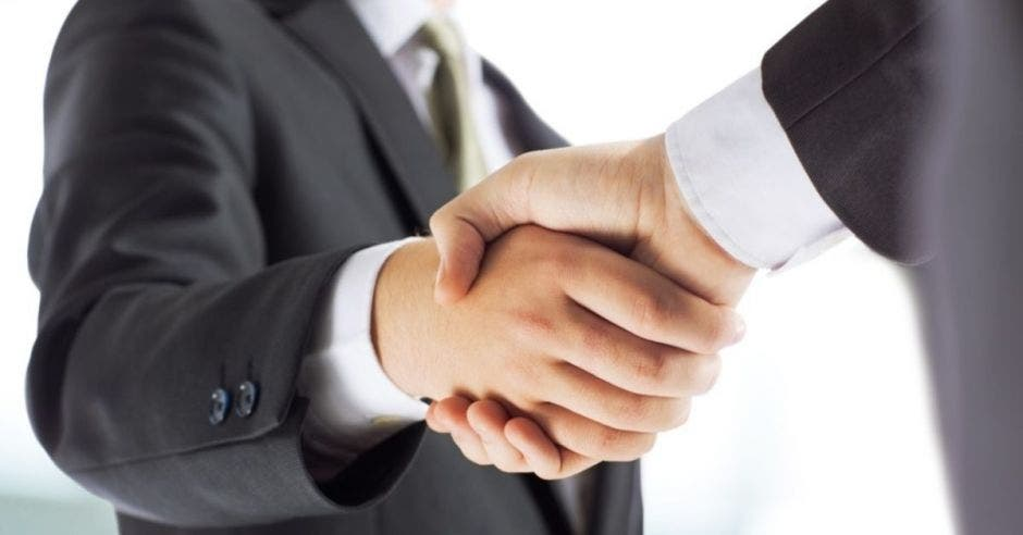 dos personas dándose la mano