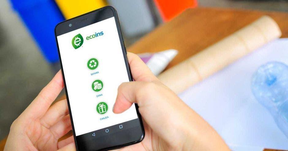 Un celular con la aplicación ecoins abierta