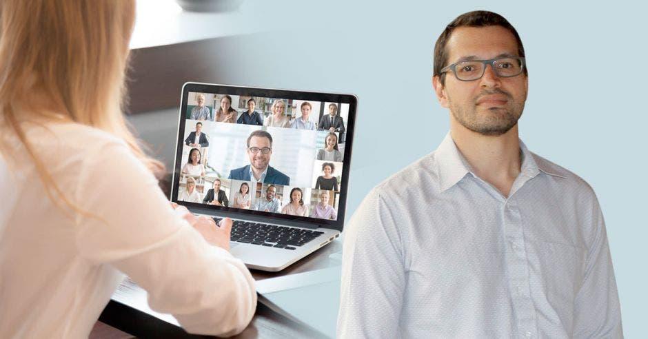 Un hombre de edad media posa frente a una computadora
