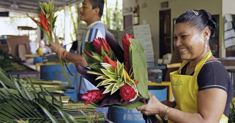 personas en línea de trabajo en una maquila de flores