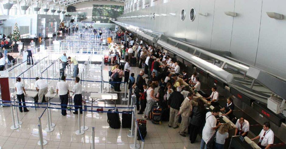 Lobby de un aeropuerto lleno de personas