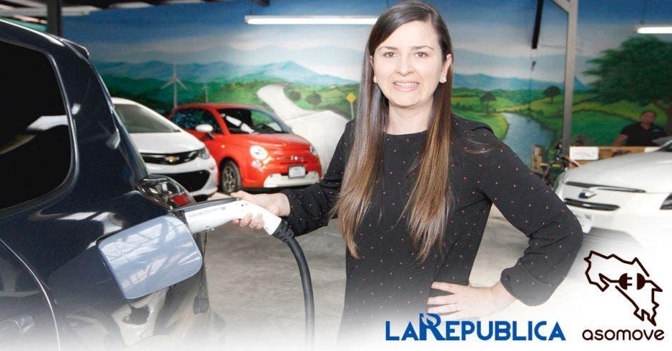 mujer carga carro electrico