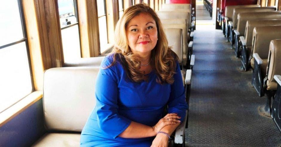 Elizabeth Briceño, presidenta de Incofer, en un vagón de tren