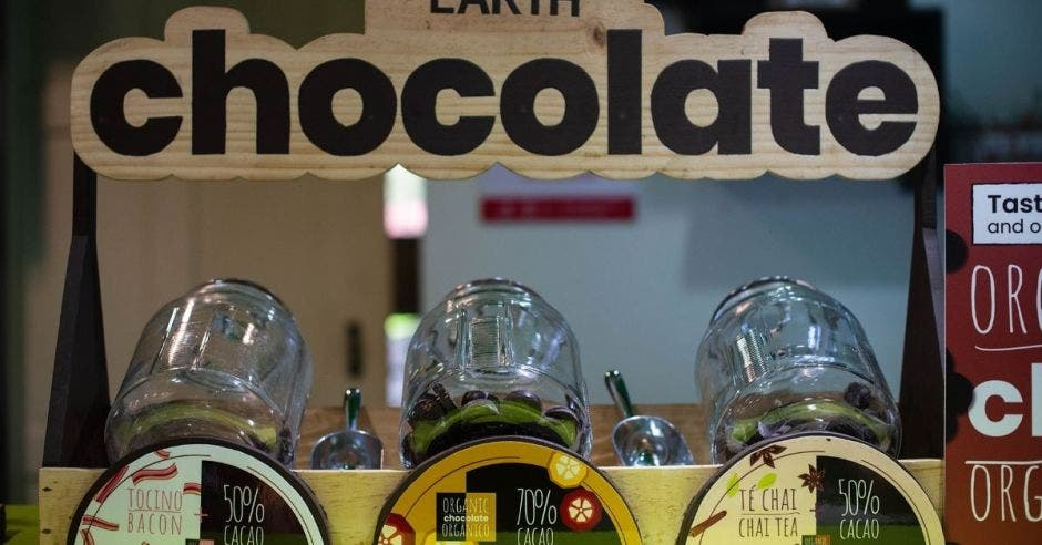 Tres tarros de vidrio con chocolate adentro