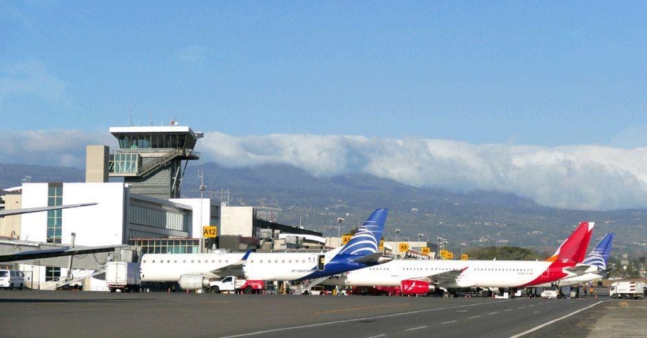 Varios aviones estacionados en un aeropuerto