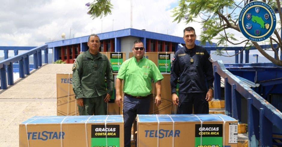 Tres hombres entregando donación