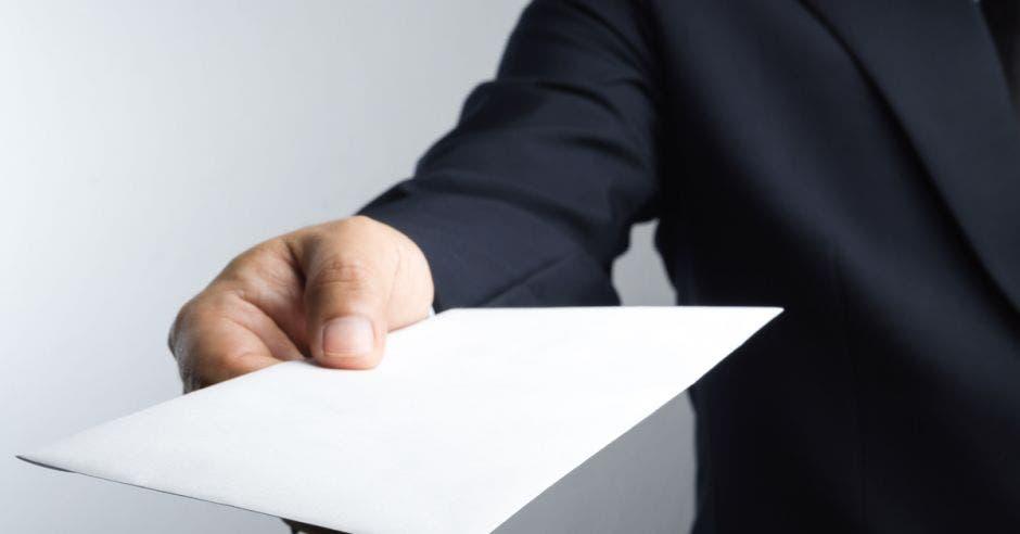 persona entregando  una carta