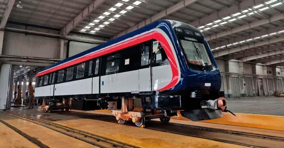 Un ejemplar de la carrocería de los nuevos trenes en el taller