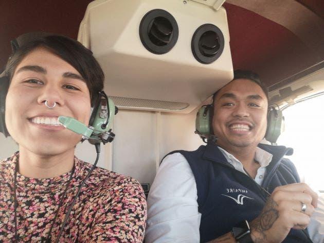 mujer en avion