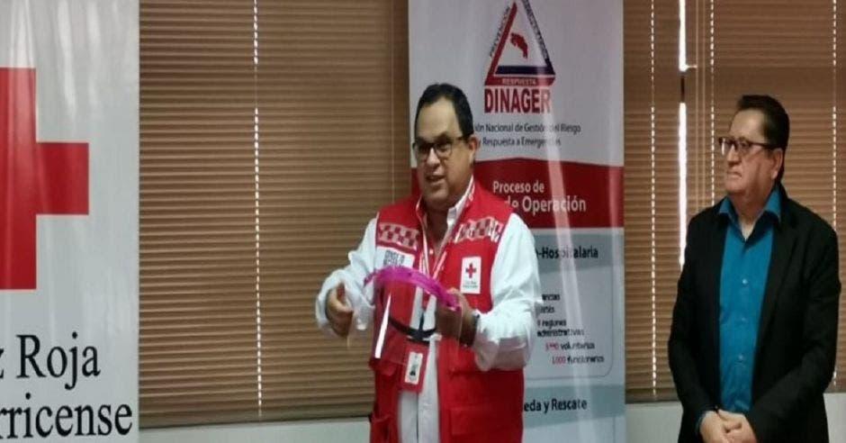 Personal de la Cruz Roja con caretas