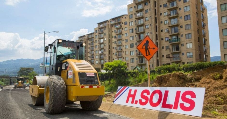 Maquina de la empresa H Solís en un plan vial