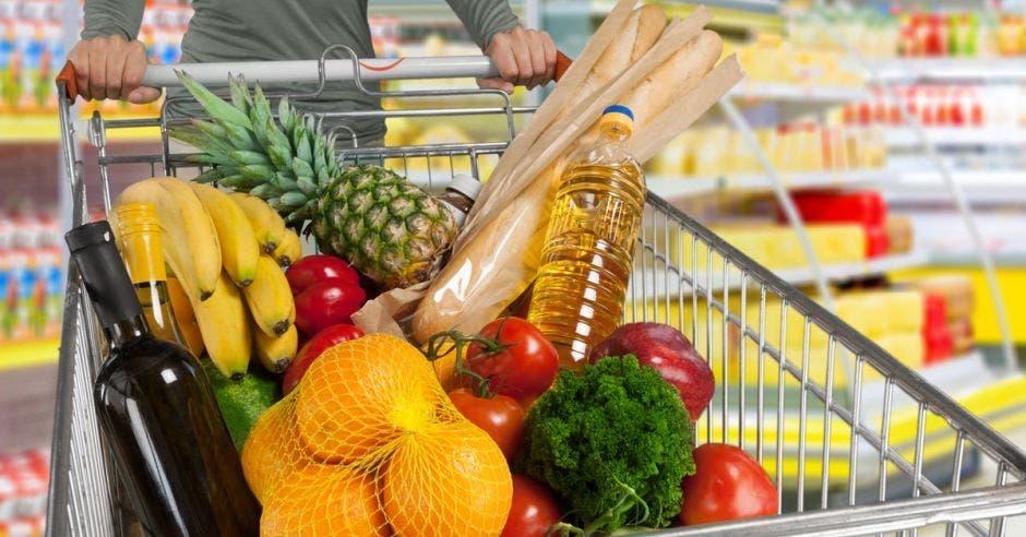 Una canasta con aliementos
