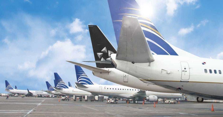 Una linea de aviones de copa airlines color blanco con azul