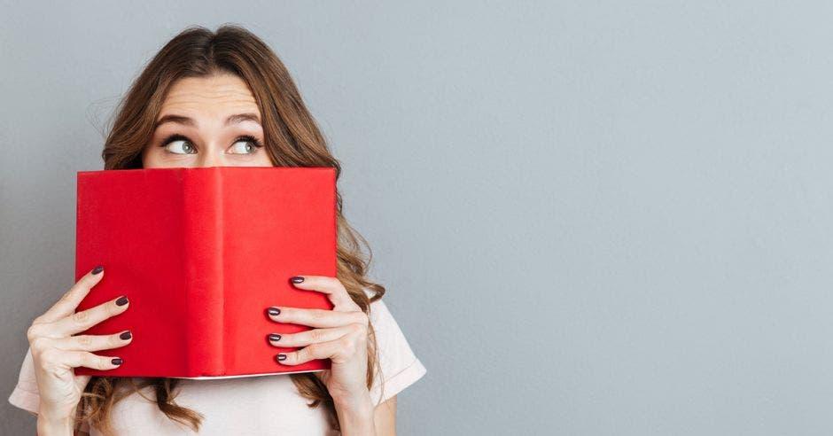 Mujer con libro rojo