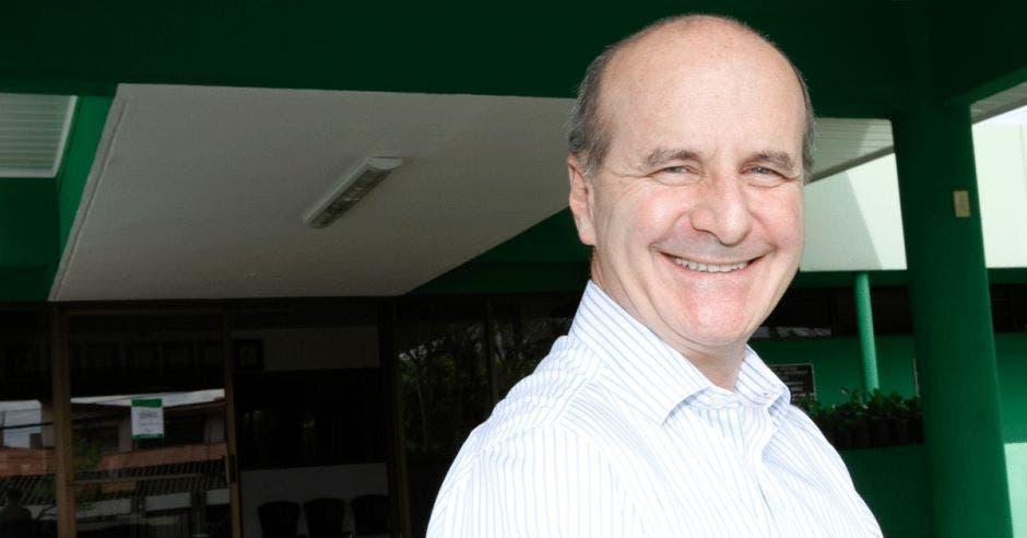 José María Figueres sonríe