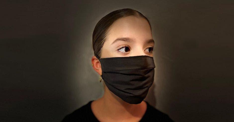 Mujer con mascarilla negra