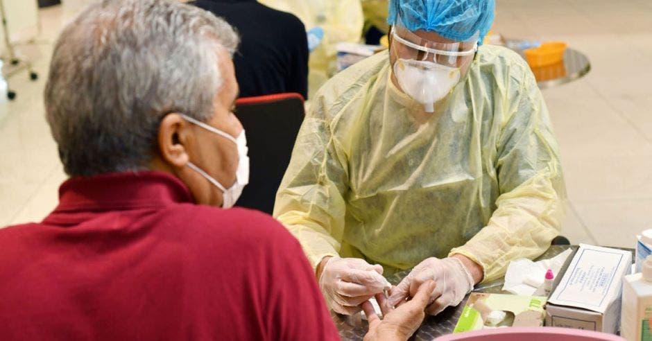 Un pasajero recibe una prueba de sangre en el Aeropuerto Internacional de Dubái