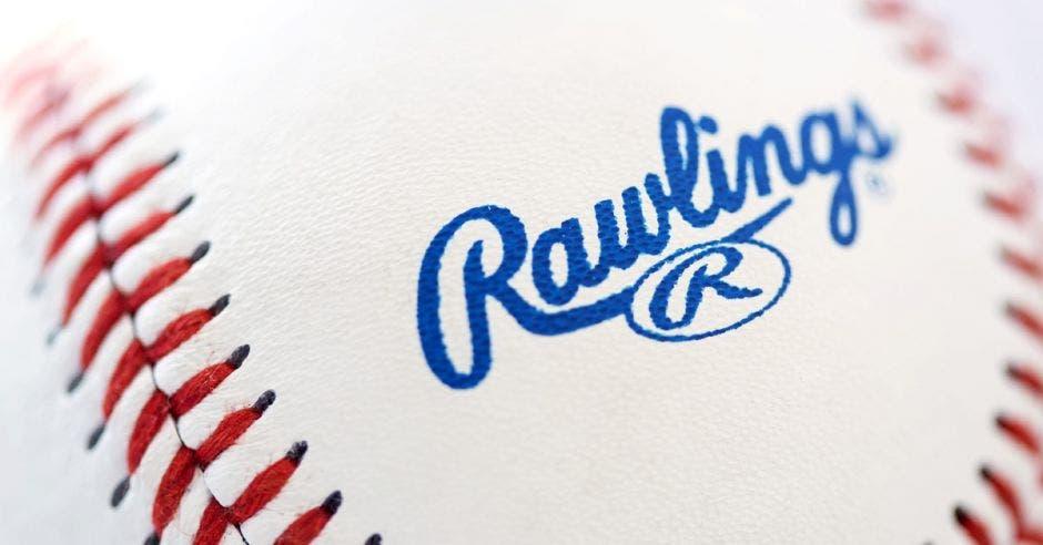 Una bola de béisbol tejida con hilos rojos