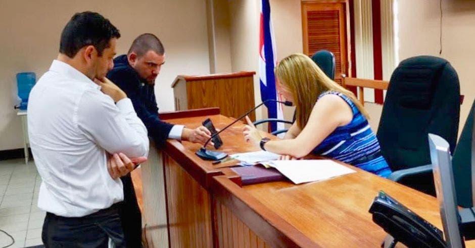 Jueza, fiscal y abogado en sala de juicio