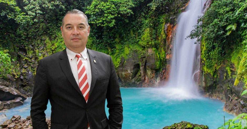 """""""Una manera de generar esta reactivación es facilitar que los nacionales hagan turismo en nuestro país trasladando el disfrute de los días feriados para los días viernes inmediatos anteriores o posteriores"""", dijo Roberto Thompson, diputado de Liberación."""