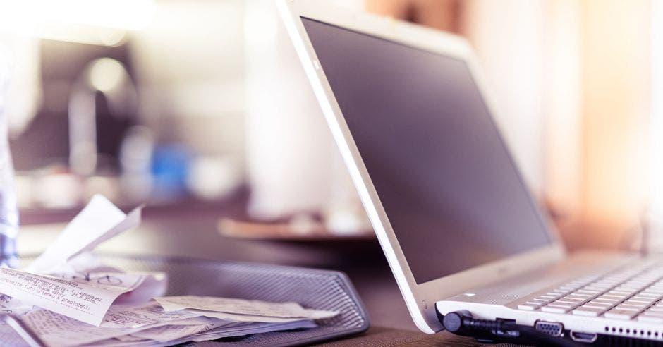Computadora y facturas