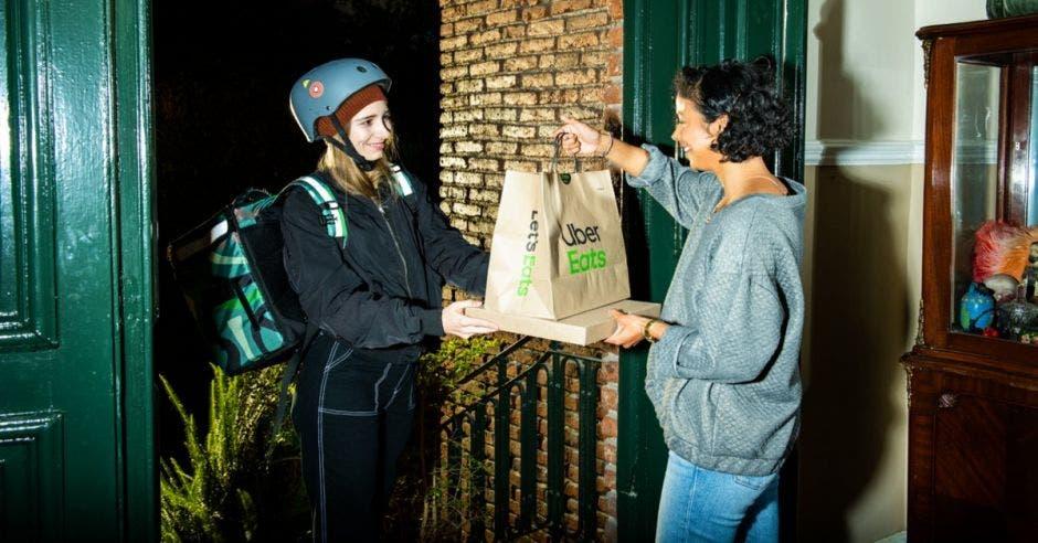 Repartidor de Uber Eats haciendo entrega