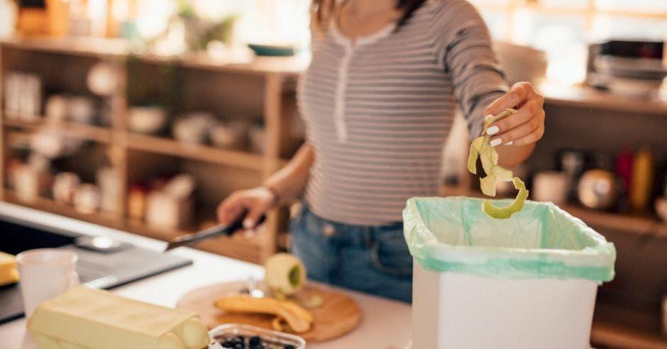 persona haciendo una composta de frutas