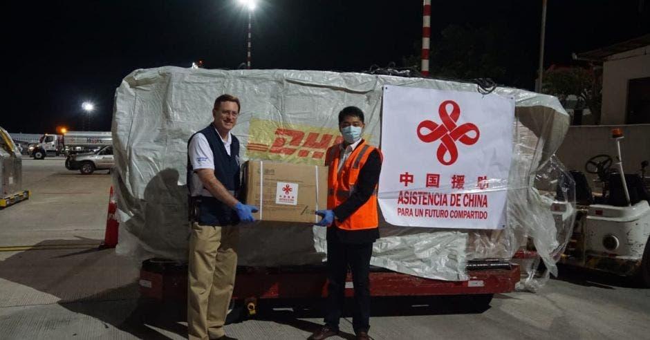 Román Macaya recibiendo los insumos médicos donados por China