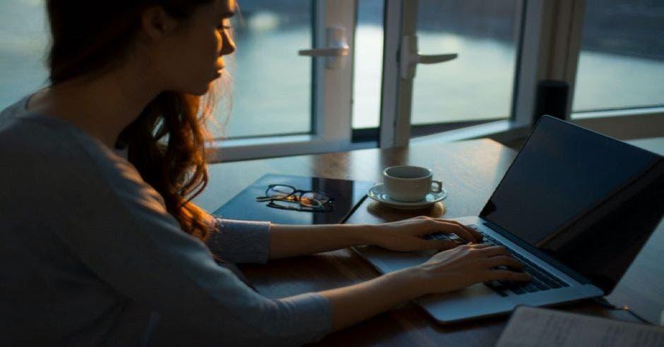 Mujer realizando videoconferencia