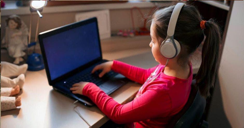 Las clases presenciales están suspendidas desde mediados de marzo para evitar el Coronavirus. La educación virtual sería la solución. Cortesía/La República.