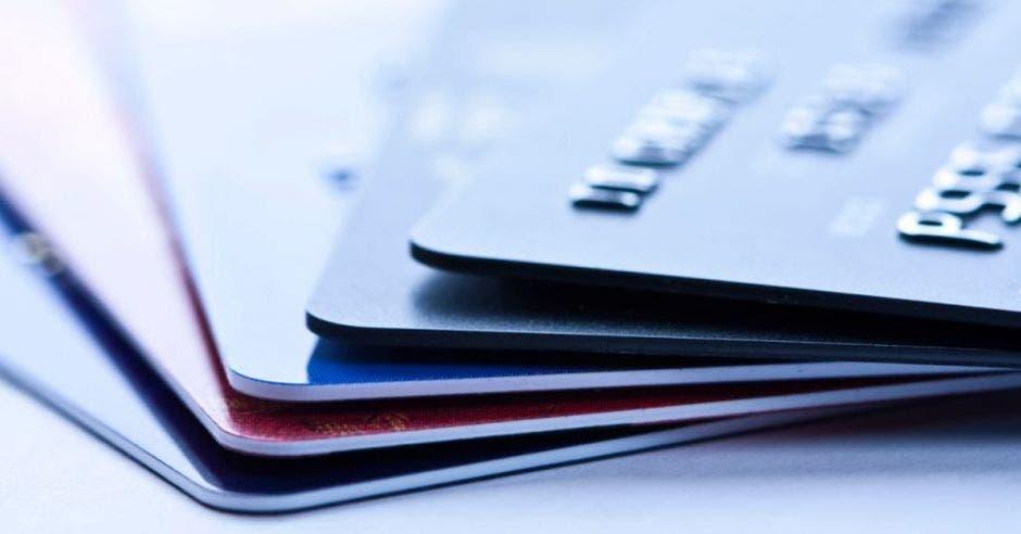 Las tarjetas de crédito y los préstamos en colones por encima de ¢675 mil tendrán como límite una tasa de 39%. Archivo/La República.