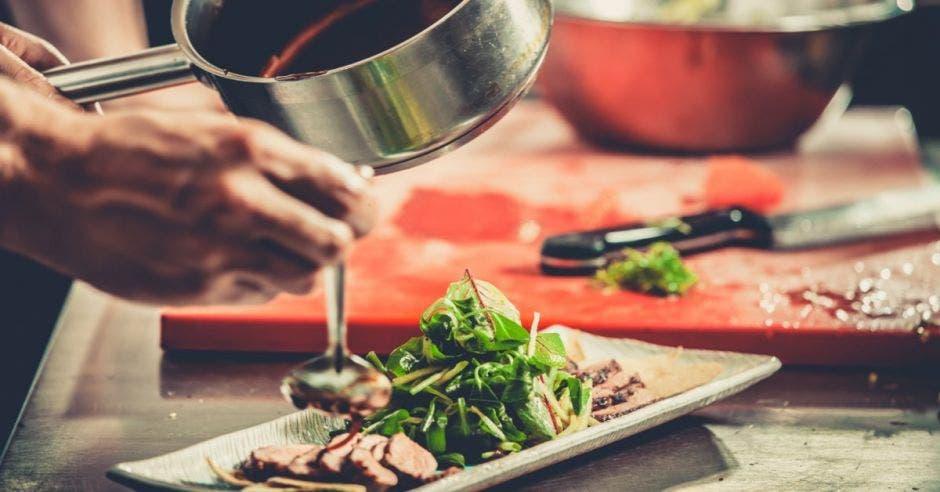 Permitir que los restaurantes abran toda la semana, ayudaría a reactivar la economía y frenar la ola de despidos. Archivo/La República.