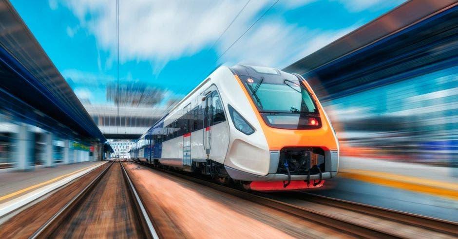 Imagen de un tren moderno en la estación