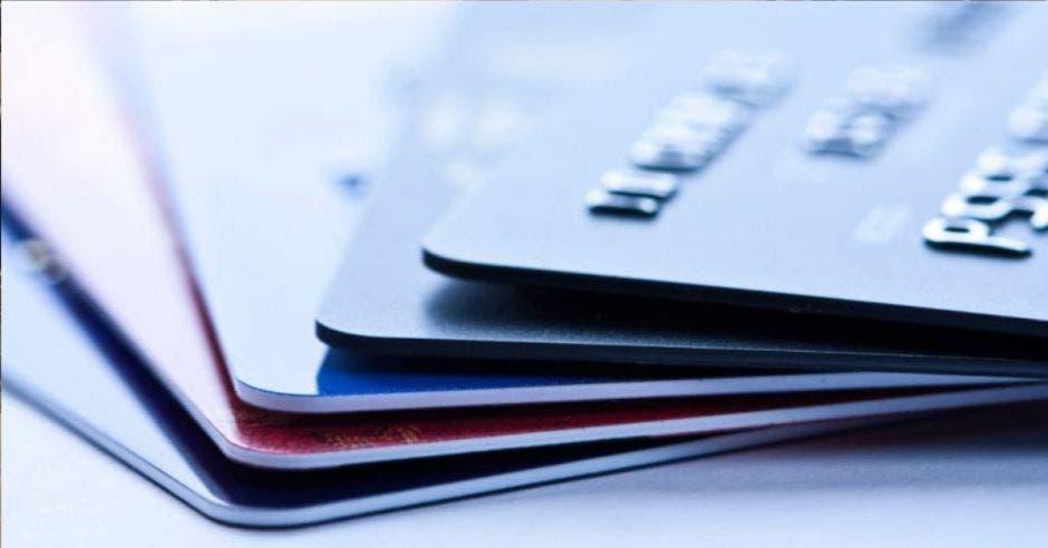 Hoy día, los costarricenses acumulan más de ¢1,4 billones en deudas por las tarjetas. Archivo/La República