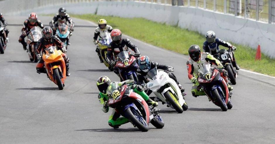 Un grupo de motociclistas corre en una pista