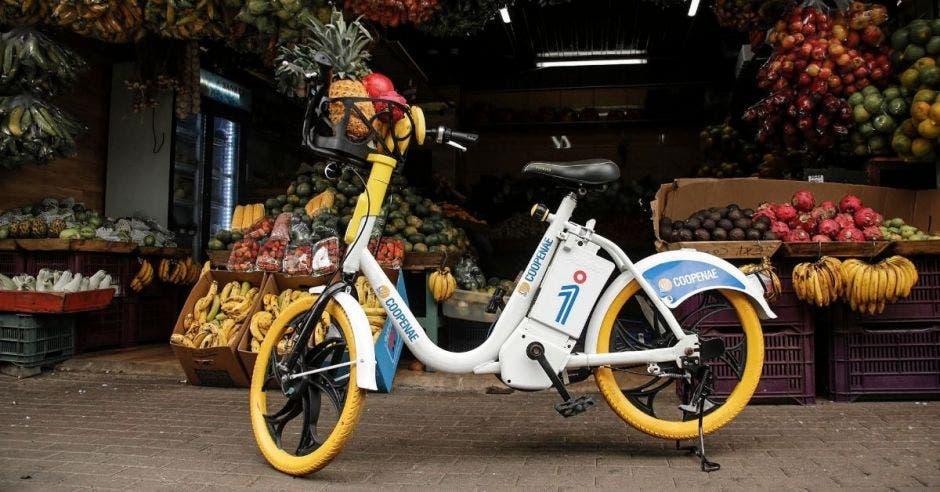 Una bicicleta color blanco en la vía pública