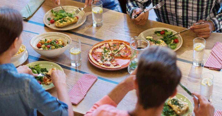 Un grupo de personas come en una mesa